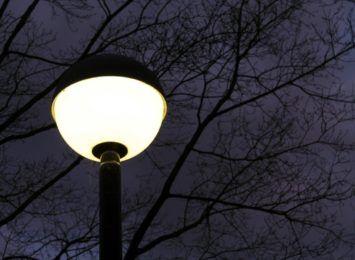 Dlaczego w niektórych miejscach w Toruniu wieczorem jest ciemno?