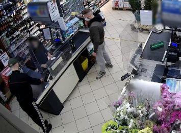 Okradli sklep spożywczy pod Toruniem. Rozpoznajesz ich? [FOTO]