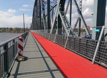 MZD tłumaczy usterki na ciągu pieszo-rowerowym na starym moście