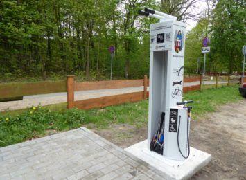Gdzie znajdują się samoobsługowe stacje naprawy rowerów w Toruniu?