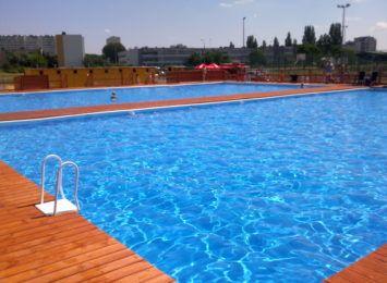 Toruńskie baseny w okresie letnim