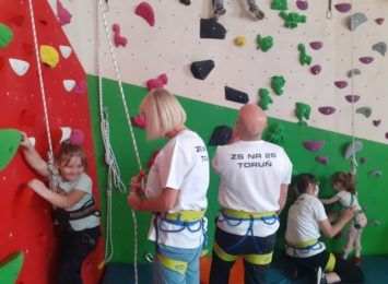 Dzieci z Zespołu Szkół nr 26 zyskały ściankę wspinaczkową