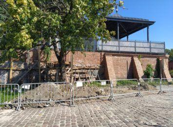Trwa naprawa po osunięciu się muru na starówce