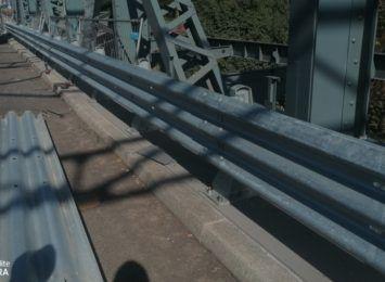 Drogowcy montują bariery drogowe na moście Piłsudskiego